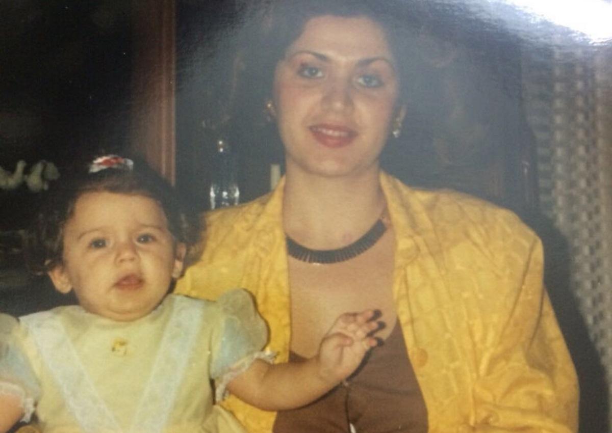 Το κορίτσι στην φωτογραφία είναι γνωστή Ελληνίδα παρουσιάστρια μαζί με την μαμά της! Την αναγνωρίζεις; | tlife.gr
