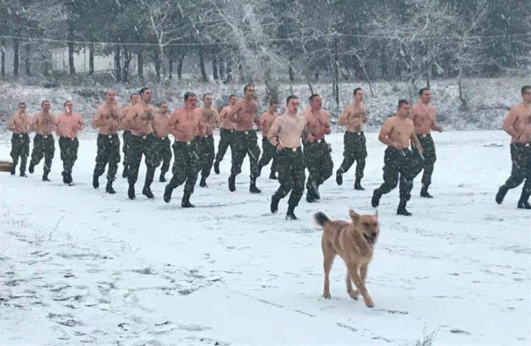Οι φωτογραφίες με τους ημίγυμνους στρατιώτες στα χιόνια γονάτισαν το ίντερνετ | tlife.gr