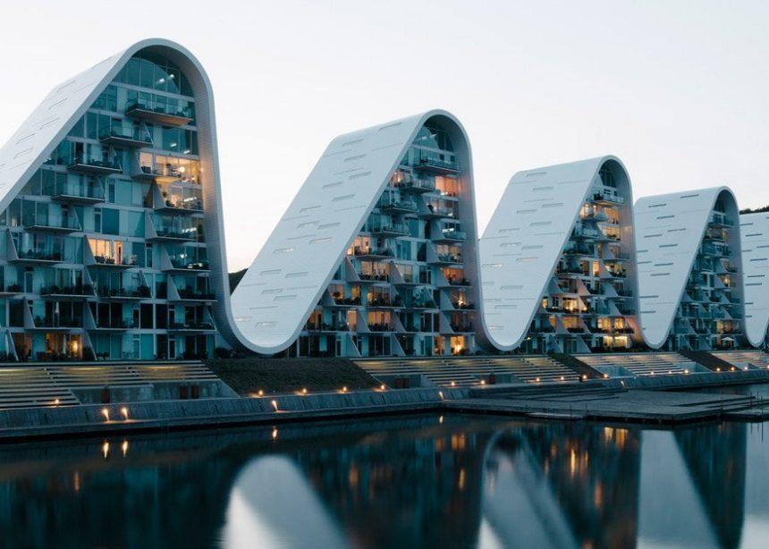 "The Wave: Η ""πολύπαθη"" ιστορία κατασκευής ενός εμβληματικού κτιρίου της Δανίας | tlife.gr"