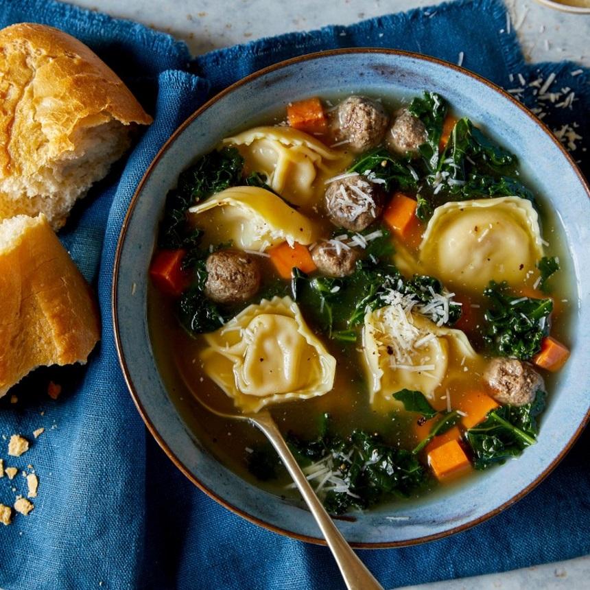 Λαχταριστή σούπα με τορτελίνι, kale και γλυκοπατάτα