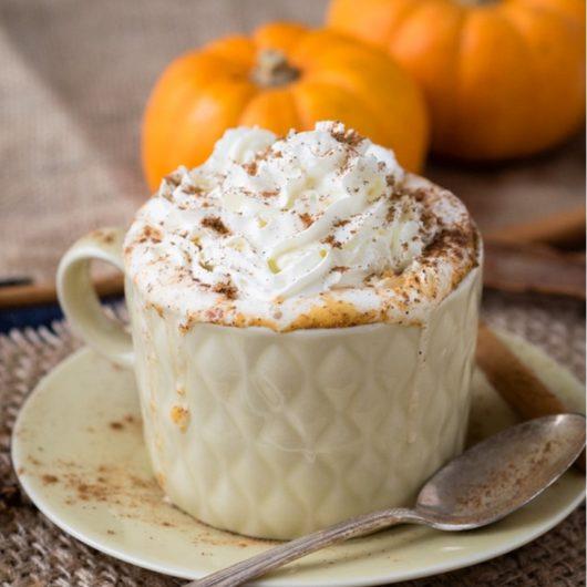 Ζεστό latte με κολοκύθα και μπαχαρικά | tlife.gr