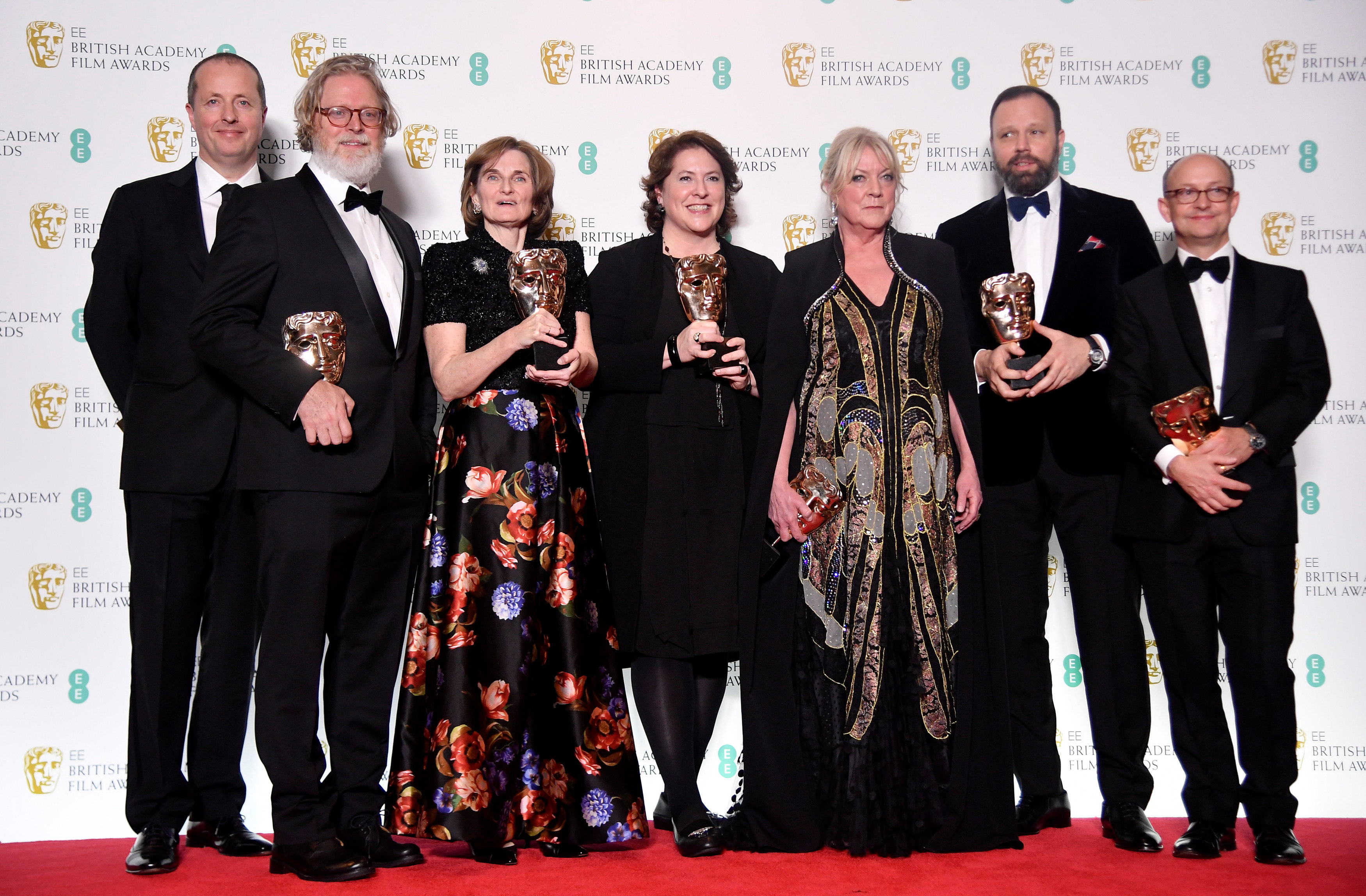 Andrew Lowe, Tony McNamara, Deborah Davis, Lee Magiday, Ceci Dempsey, Yorgos Lanthimos και Ed Guiney ποζάρουν κρατώντας τα βραβεία τους στα Βafta Awards 2019!