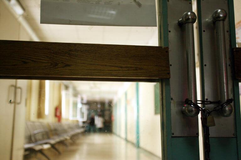Σύλληψη γιατρού για φακελάκι από καρκινοπαθή – Οργή για τη συμπεριφορά πασίγνωστου καθηγητή | tlife.gr