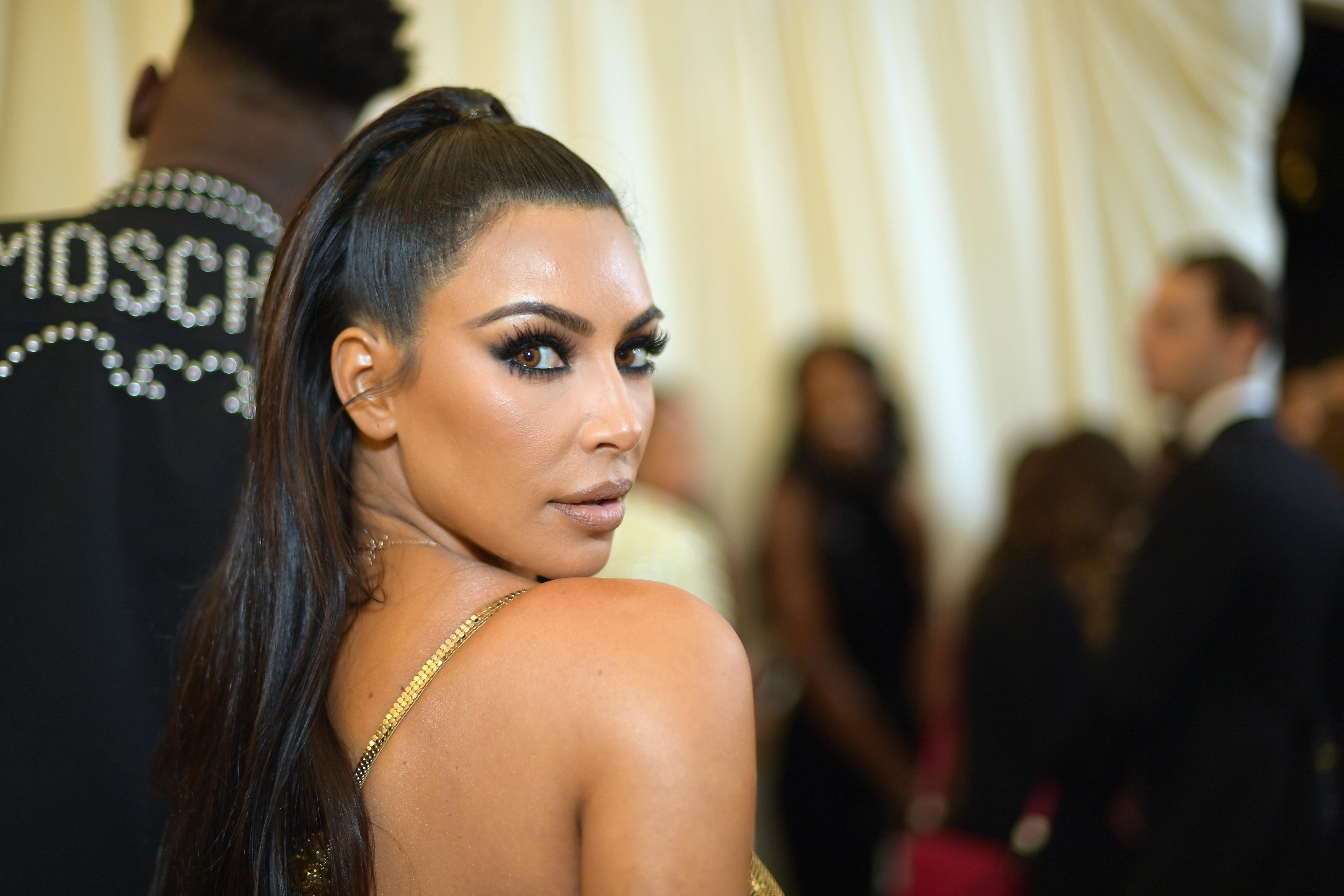 Go Kim, go! Η Kim Kardashian έβαλε στην θέση του τον τύπο μετά από δημοσίευμα για την επιδερμίδα της!   tlife.gr