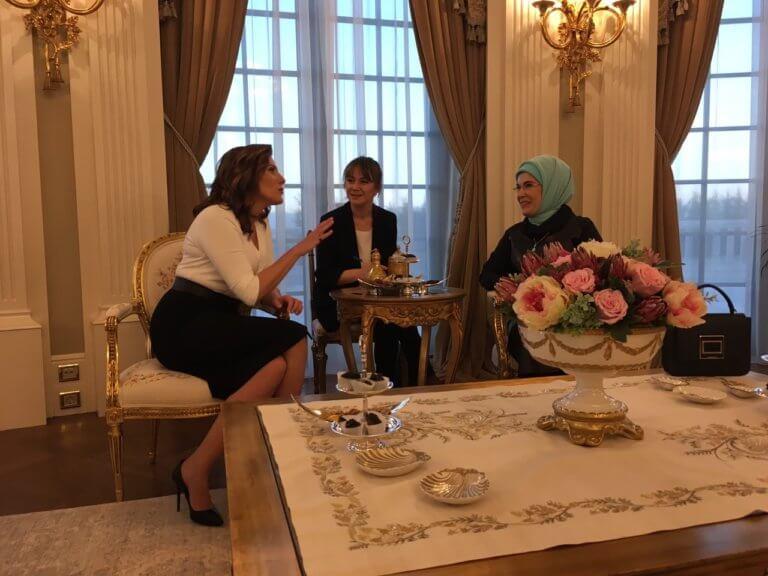 Μπέτυ Μπαζιάνα – Εμινέ Ερντογάν: Τσάι και… συμπάθεια στο «Λευκό Παλάτι» – video | tlife.gr