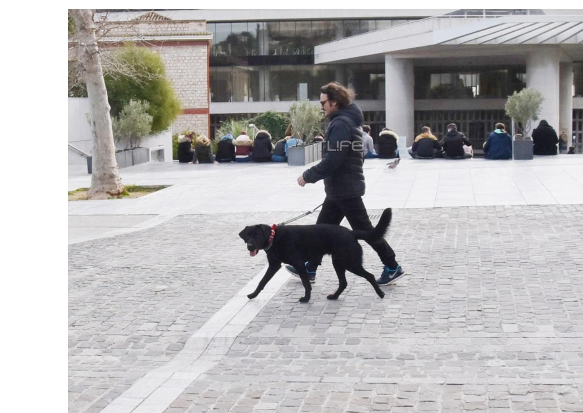 Βασίλης Χαραλαμπόπουλος: Βόλτα με τον σκύλο του στο κέντρο της Αθήνας! [pics] | tlife.gr