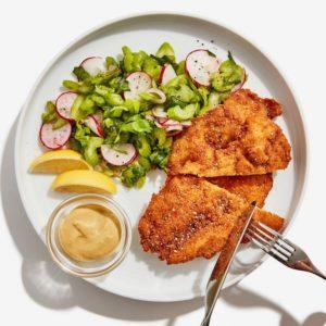 Τραγανά σνίτσελ κοτόπουλου με δροσερή σαλάτα ραπανάκι