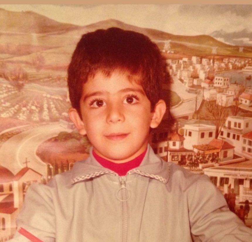 Το αγοράκι με την σχολική ποδιά είναι γνωστός Έλληνας ηθοποιός! | tlife.gr