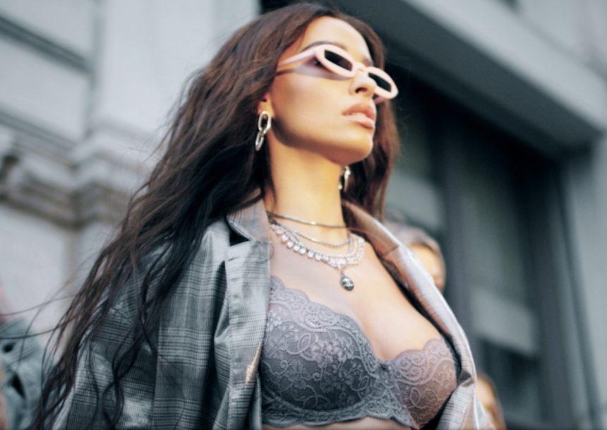 Ελένη Φουρέιρα: Με εσώρουχα και πιο hot από ποτέ στο νέο video clip της! | tlife.gr