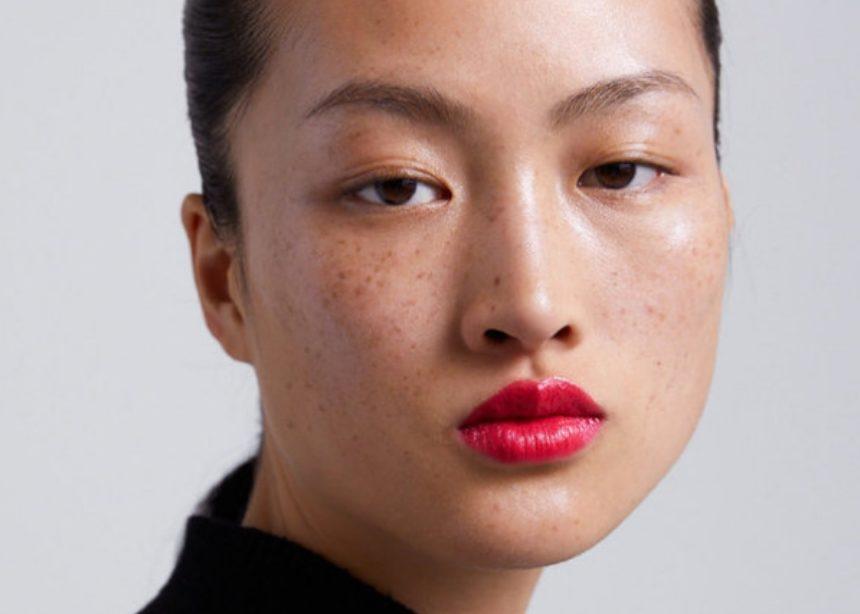 Οι φακίδες σε αυτό το μοντέλο έγιναν η αφορμή για ένα μεγάλο beauty debate!   tlife.gr