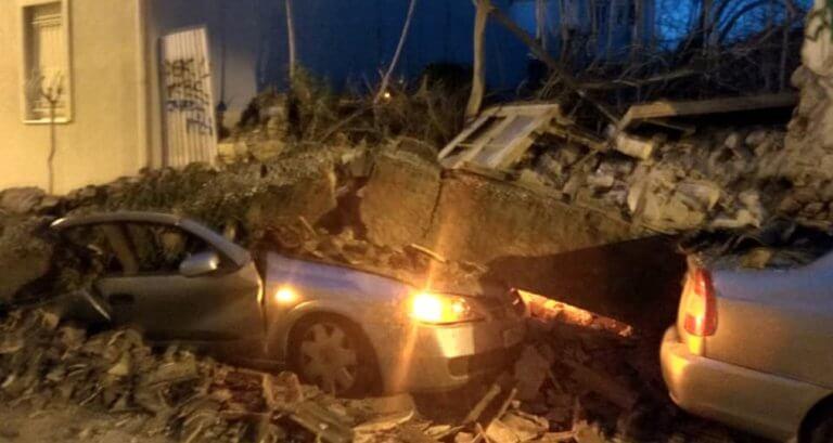 Κατέρρευσε σπίτι στο Γκάζι – Καταπλάκωσε δυο αυτοκίνητα! Συγκλονιστικές εικόνες και βίντεο από το σημείο | tlife.gr
