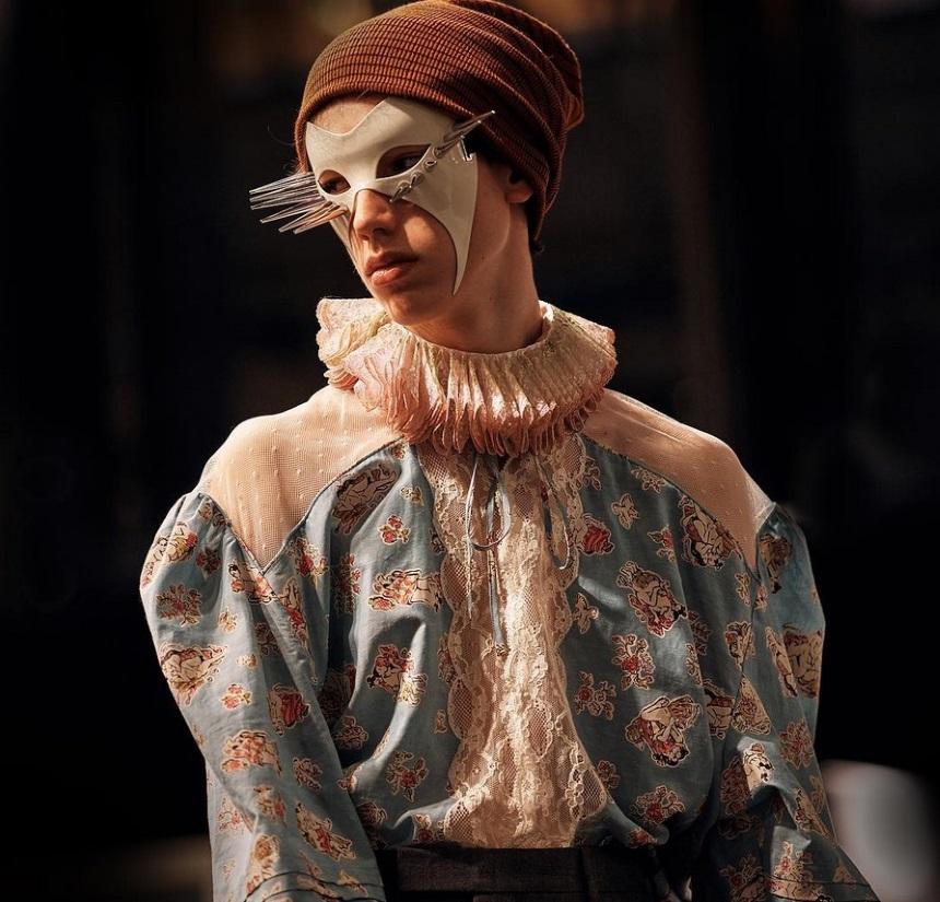 "ceb0727c98 Το πρώτο πράγμα που προσέχεις στο show είναι οι ιδιαίτερες baroque μάσκες  με τις edgy λεπτομέρειες. Ο σχεδιαστής επέλεξε να ""στολίσει"" τα looks με  αυτό το ..."