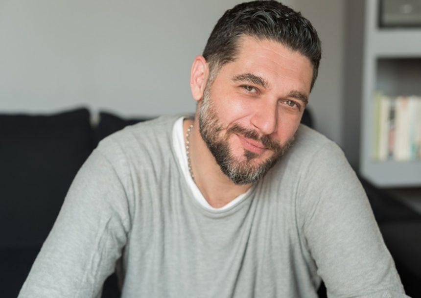Απίστευτο! Ο Πάνος Ιωαννίδης παραδίδει μαθήματα μαγειρικής στη σύντροφό του! (video) | tlife.gr