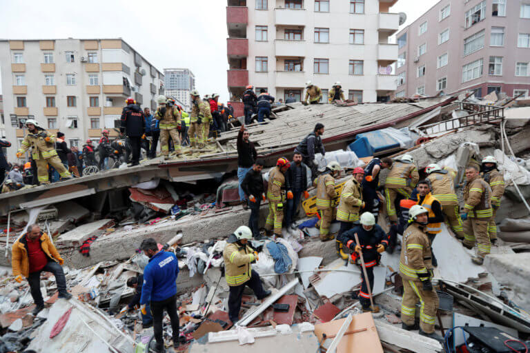 Βίντεο ντοκουμέντο: Η στιγμή της κατάρρευσης του οκταώροφου κτιρίου στην Κωνσταντινούπολη! | tlife.gr