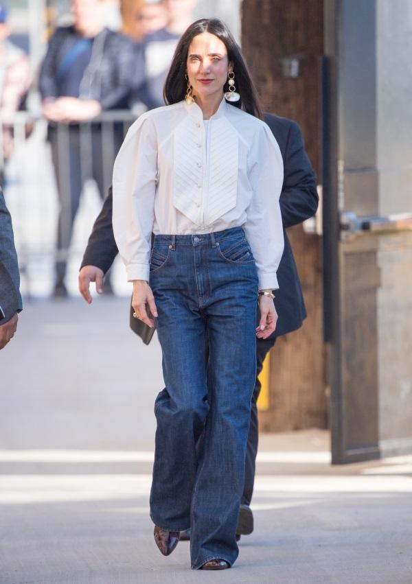 74fecfaae1b4 Η Jennifer έχει αδυναμία στο west style και αυτός είναι ο τρόπος που  επιλέγει να αναδείξει ακόμα και το flared jeans. Για την ακρίβεια διάλεξε  ένα πουκάμισο ...