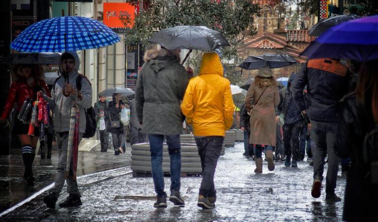 Καιρός σήμερα: Χειμωνιάτικο σκηνικό με βροχές, καταιγίδες, χιόνια και τσουχτερό κρύο | tlife.gr