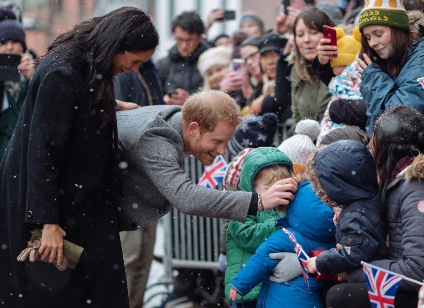 Θερμή υποδοχή στον πρίγκιπα Harry και στην Meghan Markle παρά το τσουχτερό κρύο | tlife.gr