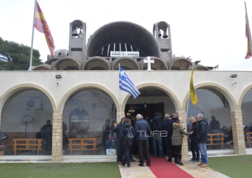 Θλίψη στην κηδεία του Αριστοτέλη Αποσκίτη – Φίλοι και συγγενείς στο τελευταίο «αντίο» | tlife.gr