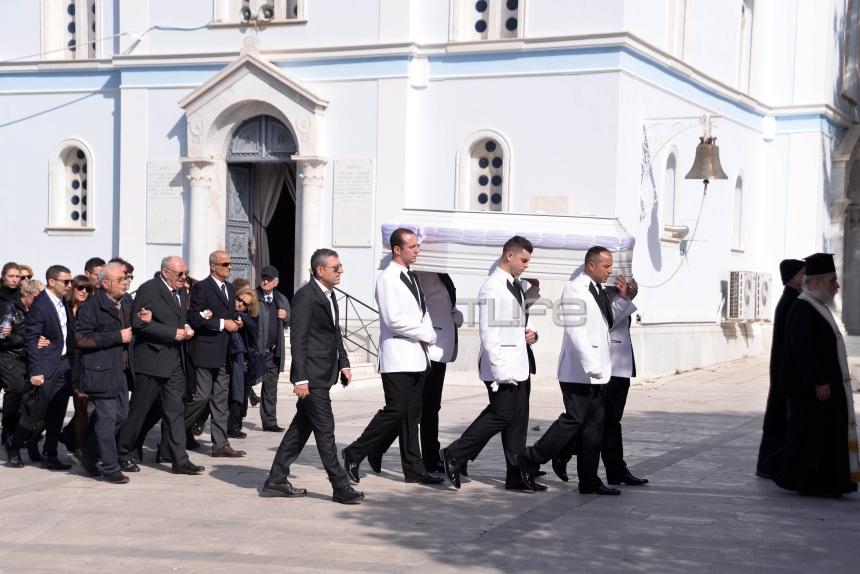 Νίκη Λειβαδάρη: Θλίψη στην κηδεία της νεαρής ηθοποιού – Φίλοι και συνάδελφοι στο τελευταίο αντίο | tlife.gr