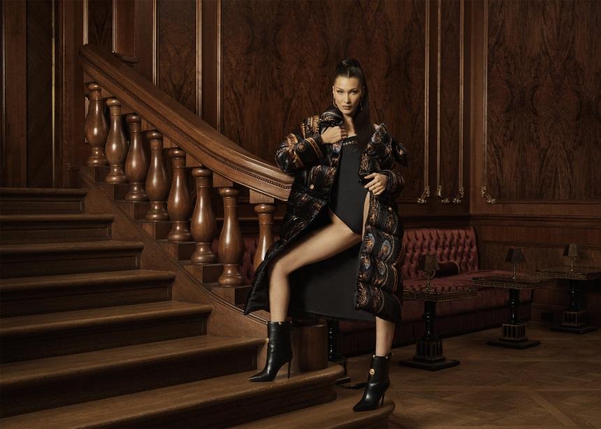 Η Bella Hadid φοράει τα πιο stylish urban ρούχα που δημιούργησε ο Versace με ένα μεγάλο streetwear brand