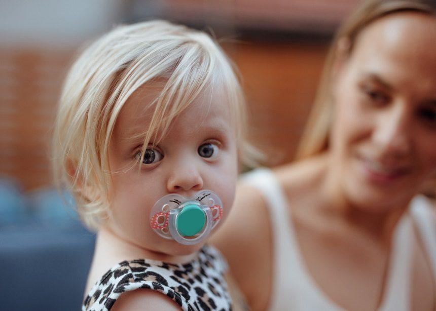Βάζεις την πιπίλα του μωρού στο στόμα σου; Ίσως να μην χρειάζεται να νιώθεις τόσες τύψεις πια | tlife.gr