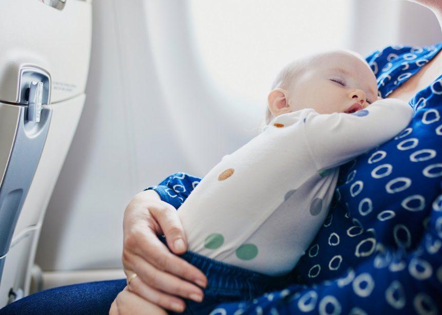 Αυτή η μαμά που ταξίδευε με το μωρό της έκανε την πιο πρωτότυπη και γλυκιά χειρονομία | tlife.gr