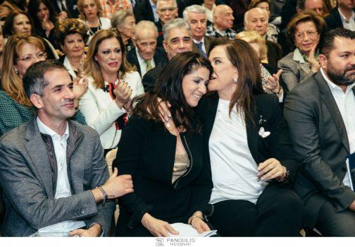 Ντόρα Μπακογιάννη: Με την κόρη και τον γιο της σε εκδήλωση για τον Παύλο Μπακογιάννη [pics] | tlife.gr