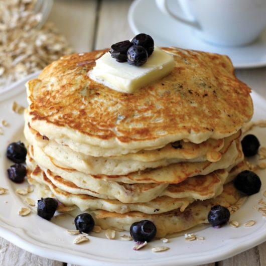 Pancakes με μύρτιλα και σιρόπι σφενδάμου | tlife.gr