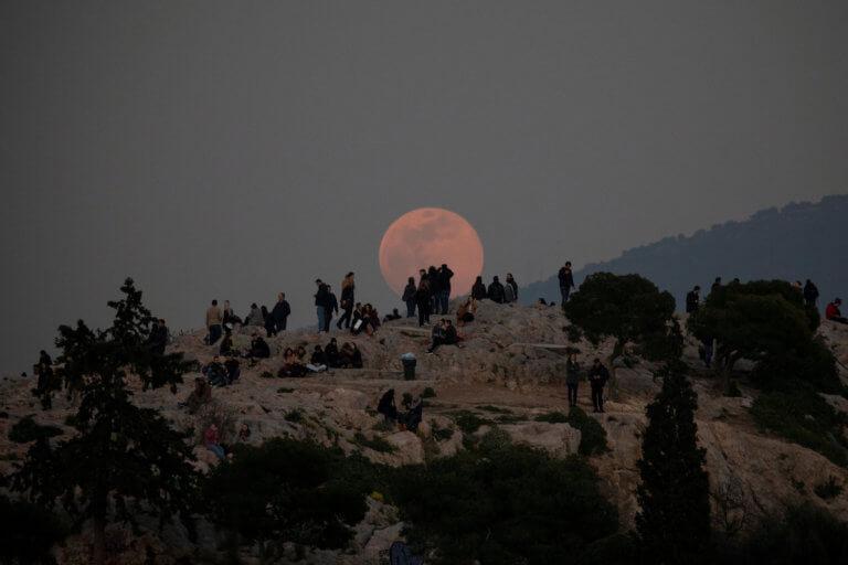 Εικόνες που κόβουν την ανάσα: Η Πανσέληνος «πάνω» από την Ακρόπολη [pics] | tlife.gr