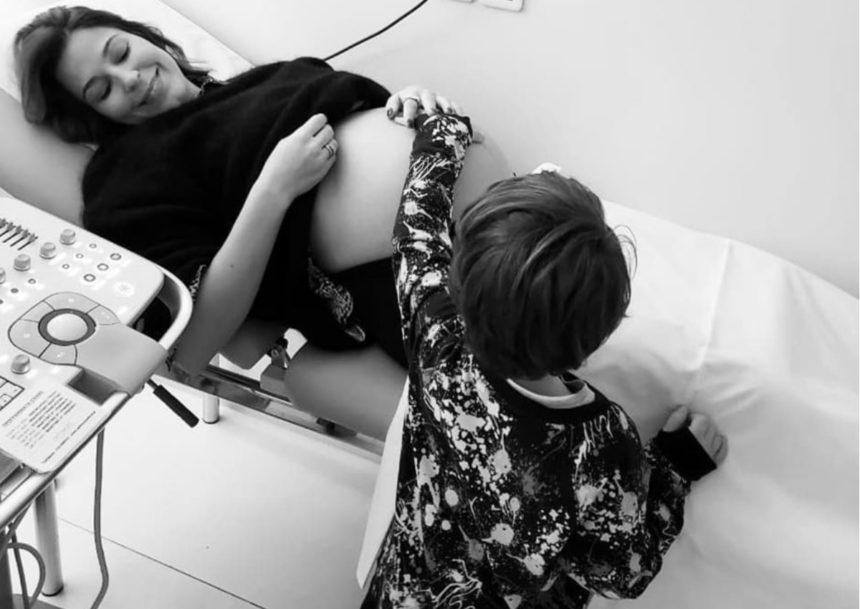 Κατερίνα Παπουτσάκη: Έτσι αντέδρασε ο γιος της, Μάξιμος, όταν του ανακοίνωσε πως θα αποκτήσει αδερφάκι! | tlife.gr