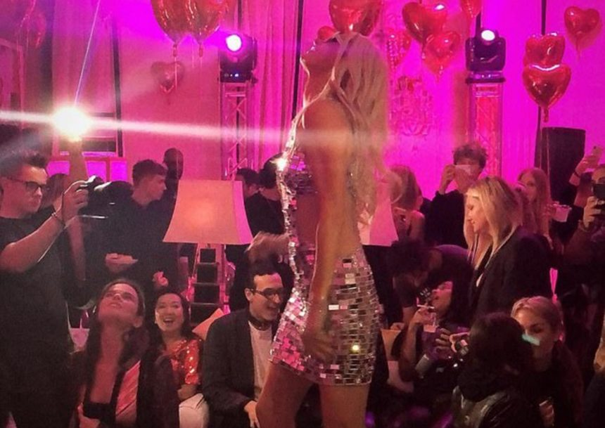Paris Hilton: Γιόρτασε τα 38α γενέθλια της με ένα ξέφρενο πάρτι! – Η στιγμή που πατάει με το τακούνι την τούρτα της! [pics,vid] | tlife.gr