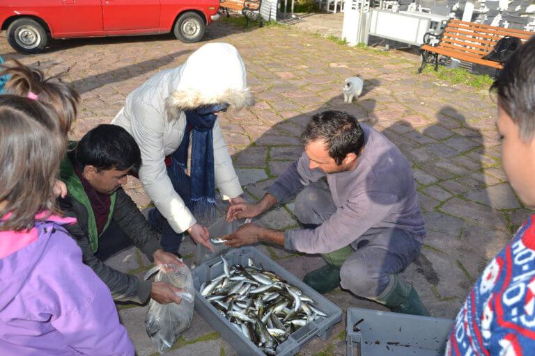 Λέσβος: Αυτός είναι ο 35χρονος που μοιράζει ψάρια στα προσφυγόπουλα | tlife.gr