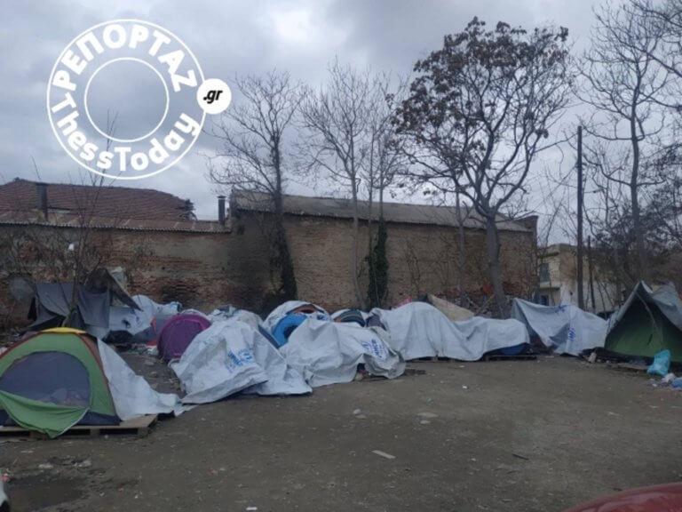 Εικόνες θλίψης! Καταυλισμός προσφύγων στο κέντρο της Θεσσαλονίκης [pics] | tlife.gr