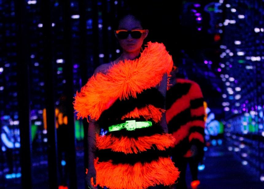 Ο οίκος Saint Laurent μετέτρεψε το τελευταίο του show σε… neon party! | tlife.gr