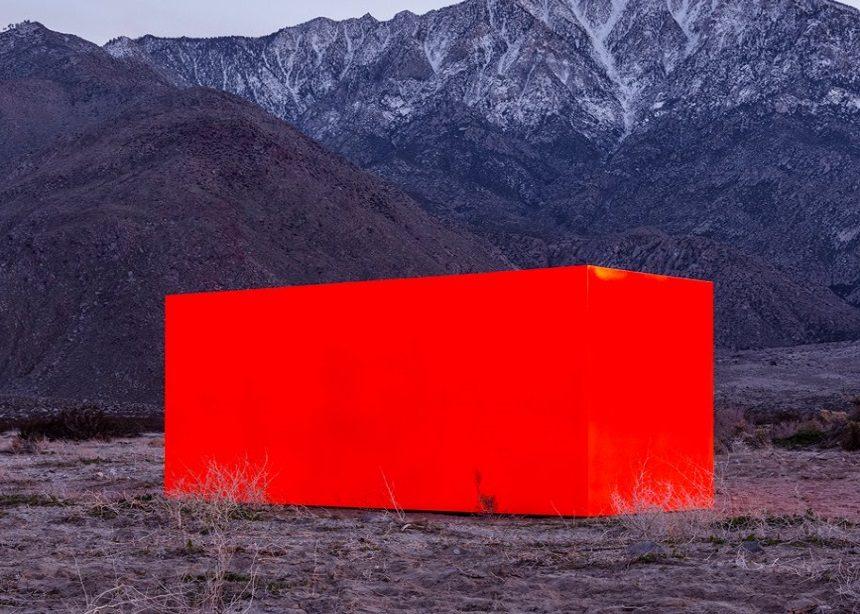 Ένας εκτυφλωτικά πορτοκαλί μονόλιθος στην μέση της ερήμου Coachella | tlife.gr
