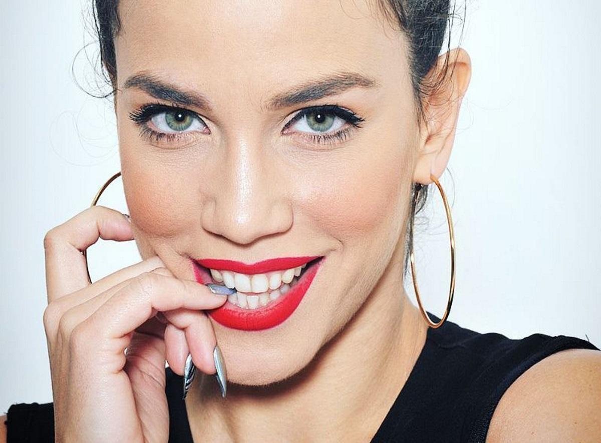 Κατερίνα Στικούδη: Δες την να τραγουδάει σφουγγαρίζοντας! [video]   tlife.gr