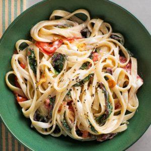 Φετουτσίνι με σέσκουλα και φρέσκια αρωματική ντομάτα