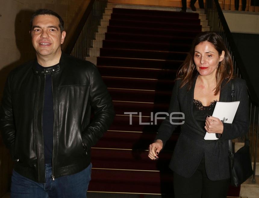 Μπέττυ Μπαζιάνα: Συνόδευσε τον Πρωθυπουργό στο θέατρο, με chic total black look! Φωτογραφίες   tlife.gr