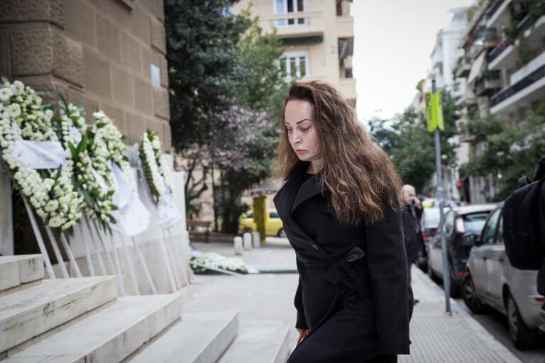 Βίκυ Σταμάτη: Εμφάνιση μετά από καιρό στην κηδεία του Βασίλη Κόκκινου [pics] | tlife.gr
