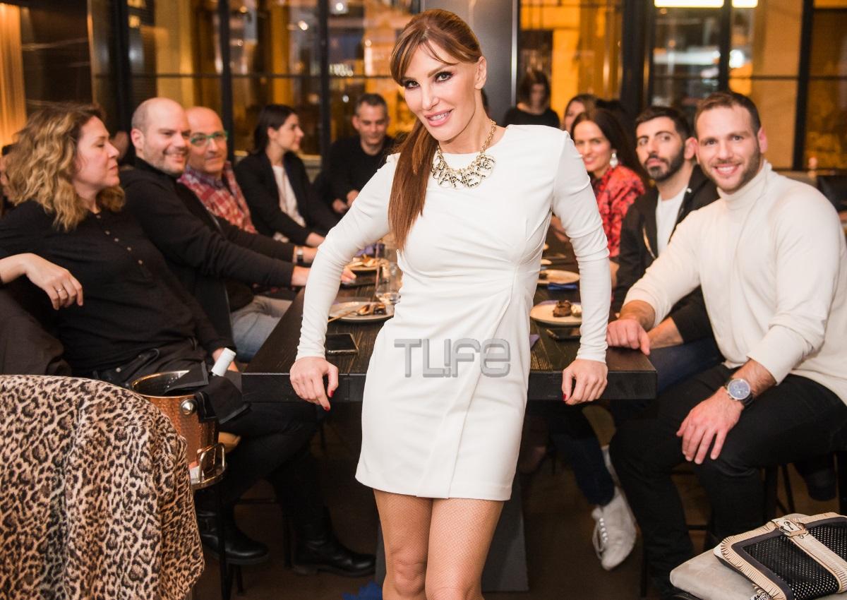 Βίκυ Χατζηβασιλείου: Με sexy και total white look σε βραδινή έξοδο με τους συνεργάτες της! (pics)
