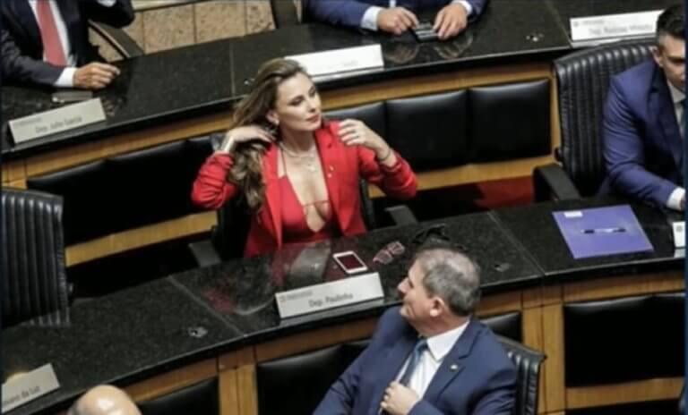 Εμφανίστηκε με βαθύ ντεκολτέ στο κοινοβούλιο και τώρα απειλείται η ζωή της – video | tlife.gr