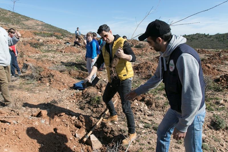 Σάκης Ρουβάς: Μαζί με εκατοντάδες μαθητές φύτεψε δέντρα στηρίζοντας το «Όλοι Μαζί Μπορούμε»   tlife.gr