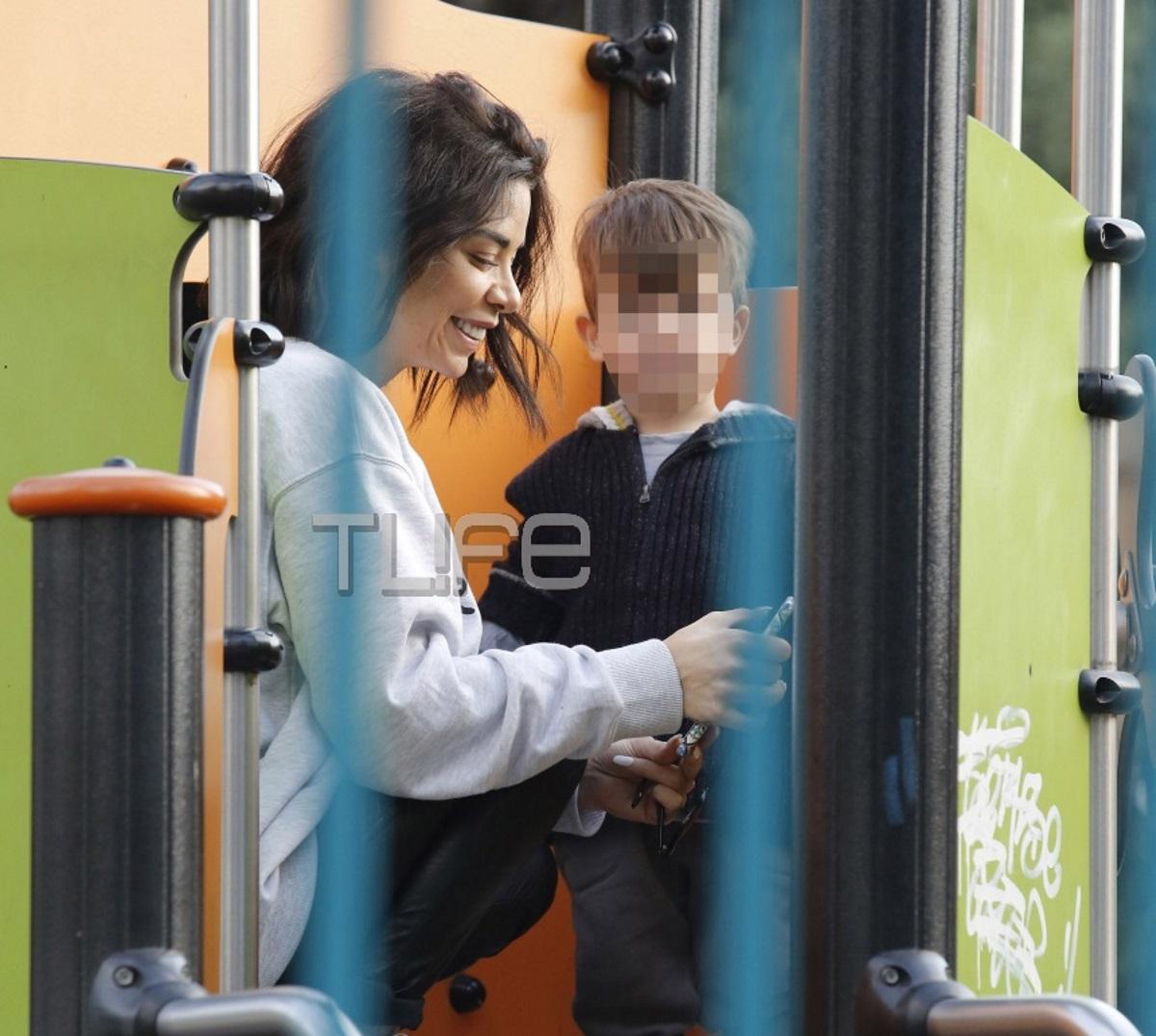 Τζο Λαζοπούλου: Full time μαμά! Στην παιδική χαρά με τον μονάκριβο γιο της η γνωστή τραγουδίστρια [pics] | tlife.gr