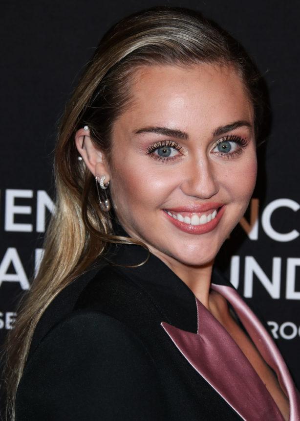 Η Miley Cyrus πόζαρε γυμνή στο instagram και οι followers της έχουν μια beauty ανησυχία! | tlife.gr