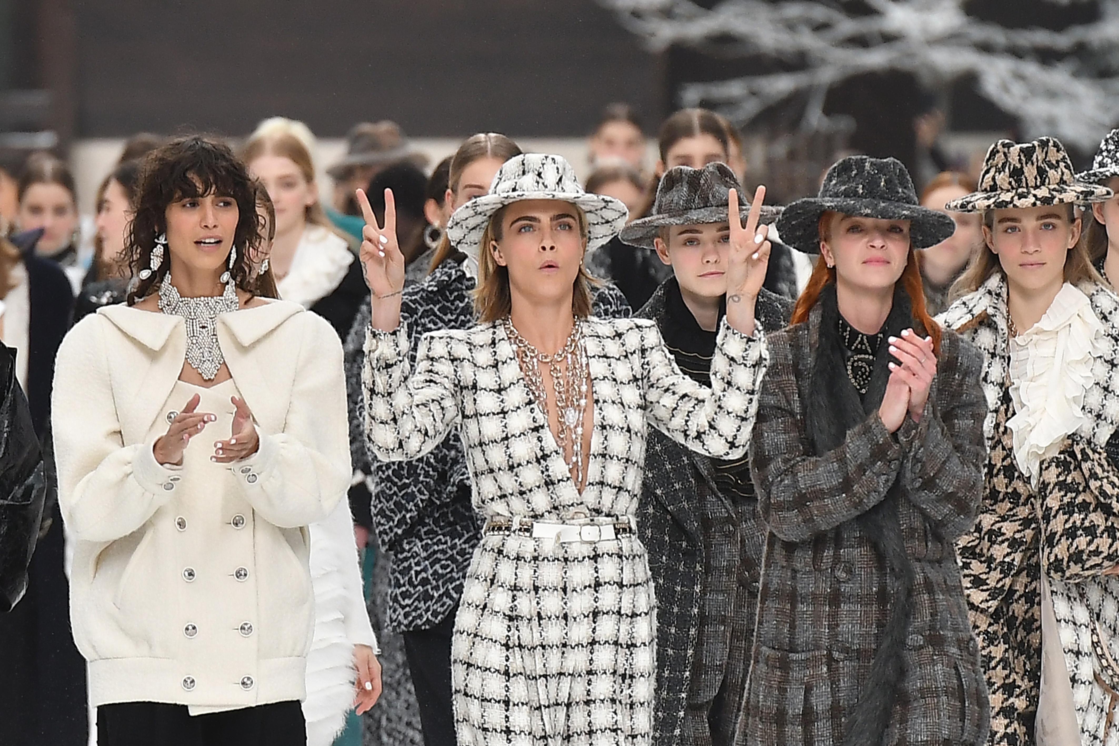 Το show της Chanel μόλις τελείωσε και θέλουμε οπωσδήποτε αυτά τα αξεσουάρ μαλλιών! | tlife.gr