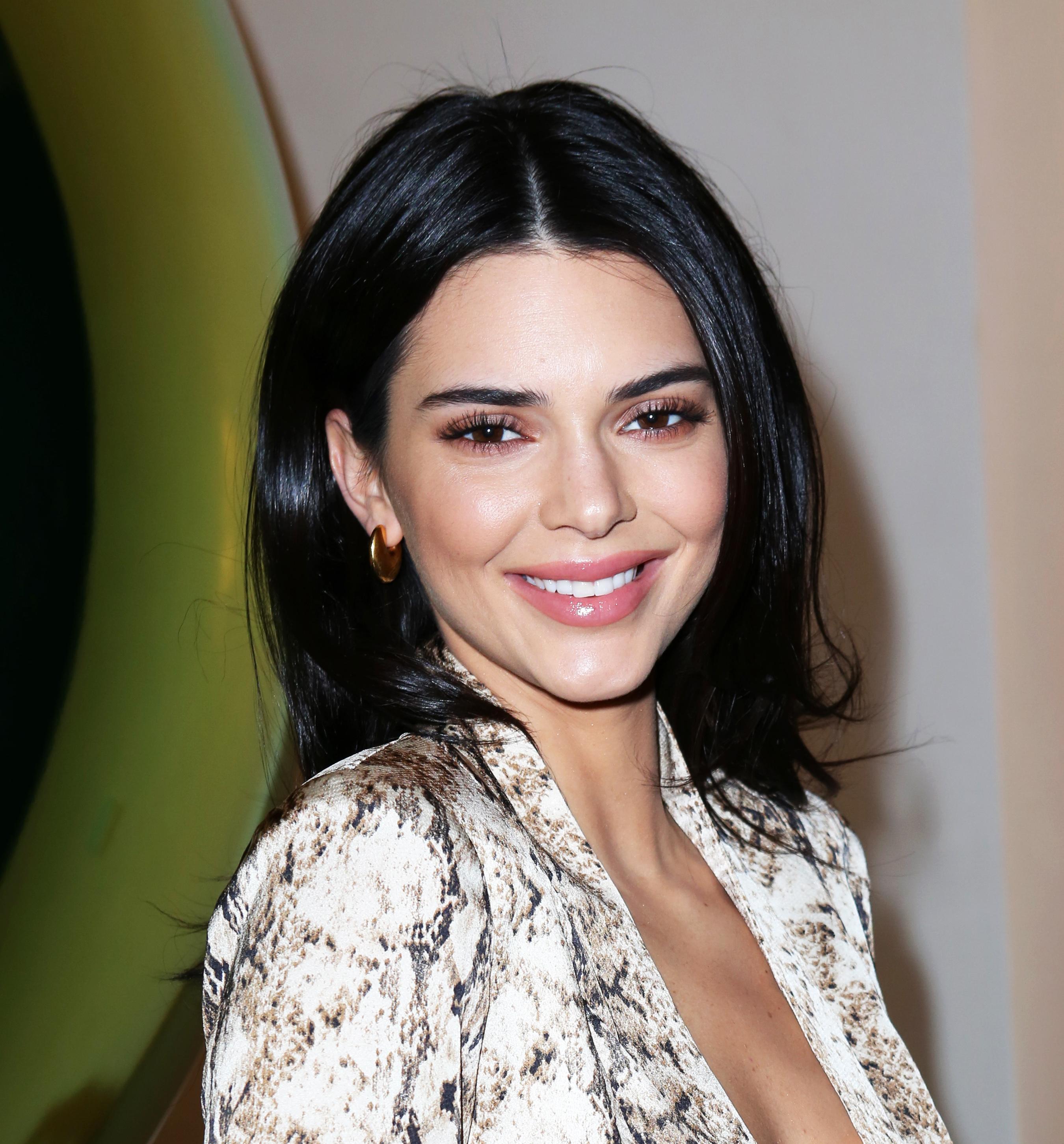 Η Kendall Jenner υπέκυψε στην τεράστια τάση του cowprint manicure!