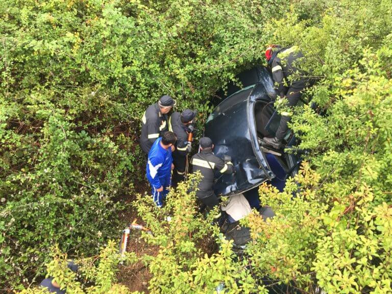 Μητέρα οδηγός έπεσε σε γκρεμό με τα δυο παιδιά της! – Σε εξέλιξη επιχείρηση διάσωσης | tlife.gr