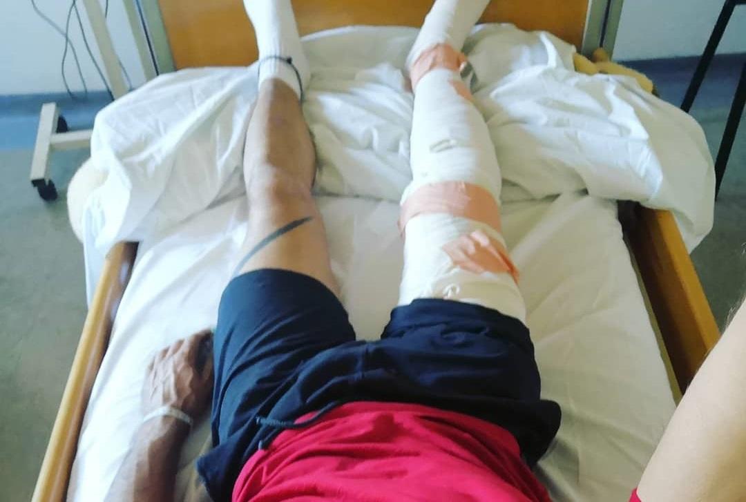 Στο νοσοκομείο γνωστός Έλληνας ενδυματολόγος – Η φωτογραφία μετά την επέμβαση | tlife.gr