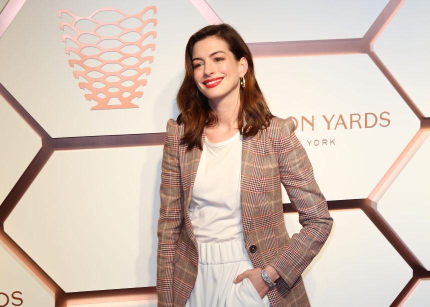 H Anne Hathaway φόρεσε το καρό σακάκι με spring style! | tlife.gr