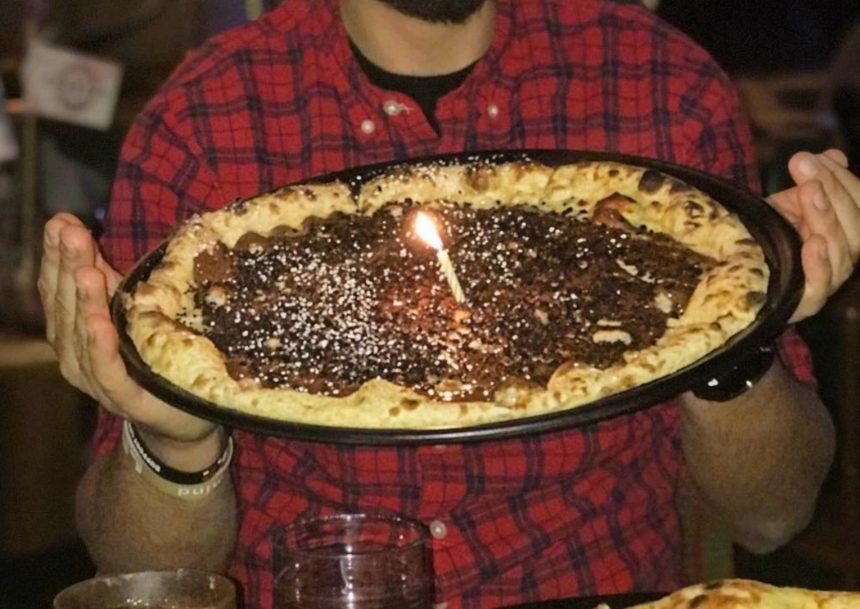 Έλληνας παρουσιαστής είχε γενέθλια και αντί για τούρτα έσβησε… πίτσα με σοκολάτα! | tlife.gr
